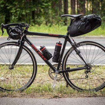 Sakwy na rowerze szosowym