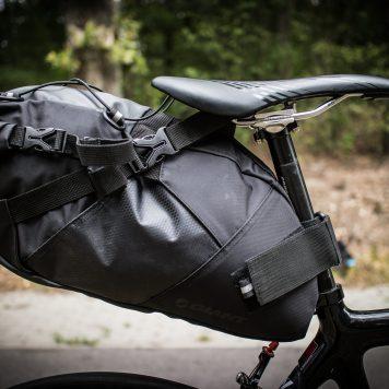 Zapięta torba podsiodłowa na rowerze szosowymGiant Scout